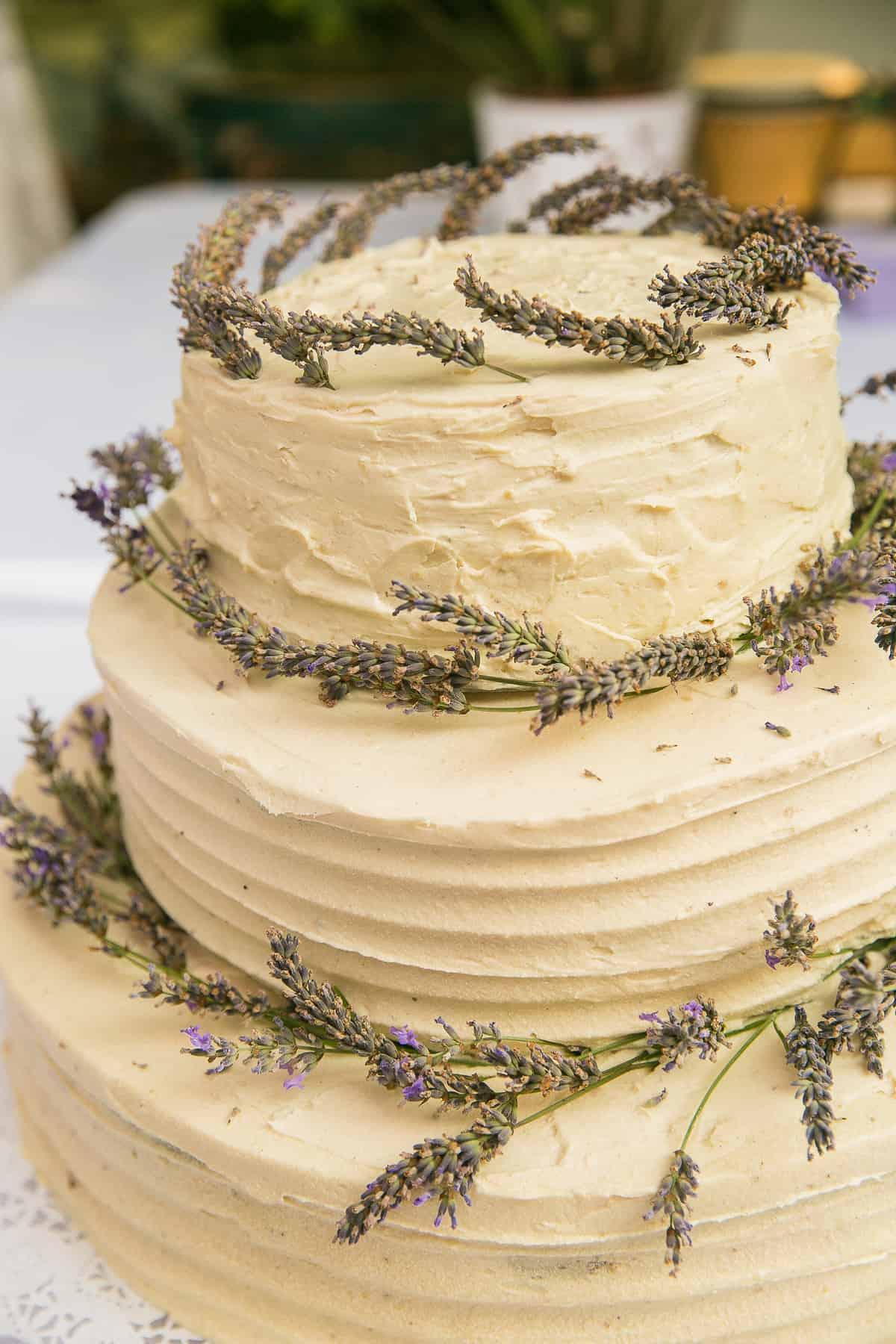 5cef439b87 Az esküvői torta fénypontja a nagy napnak, és ez a meglepetés csak  fokozódhat, ha kiderül, hogy ezt a finomságot a tej-, tojás érzékeny  vendégek is ...