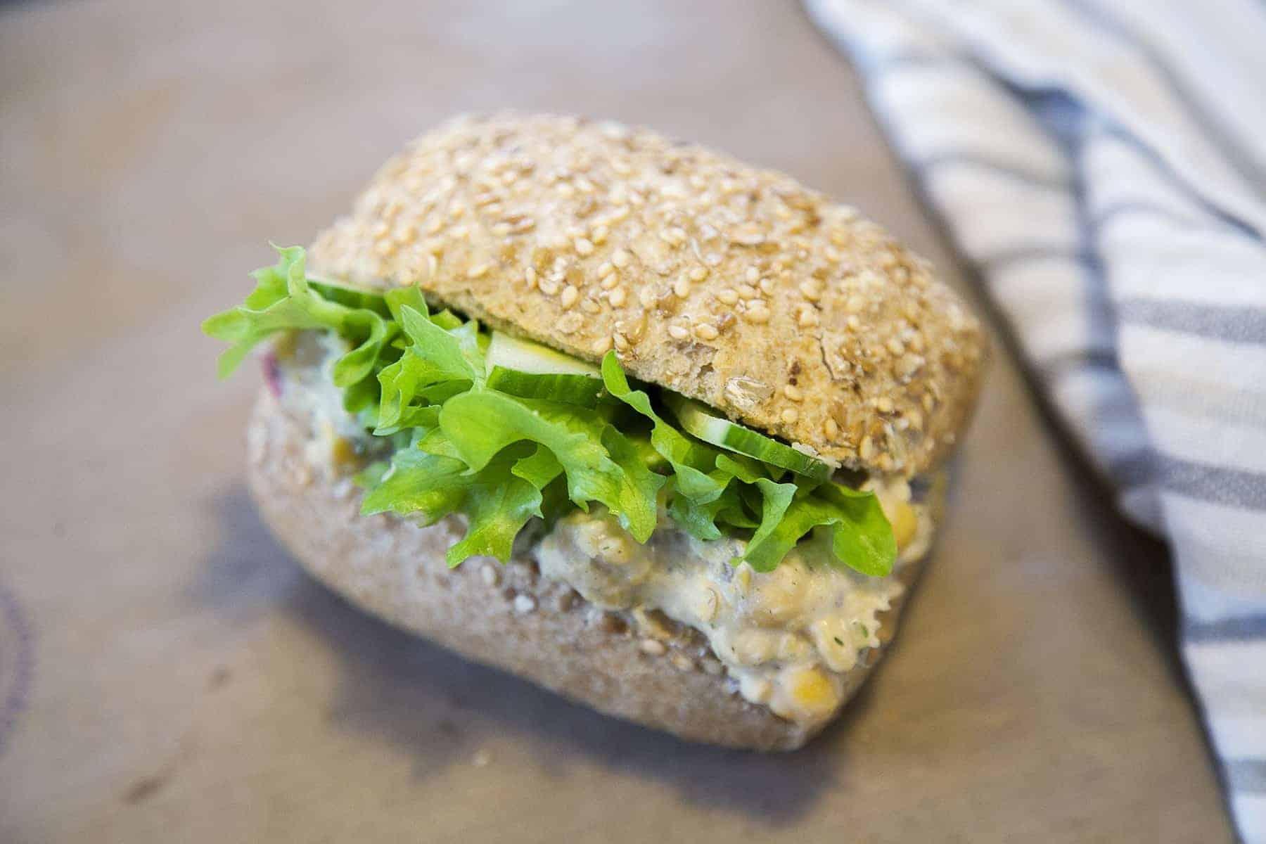 vegan-csicseriborsos-szendvics-napfenyes-cukraszat