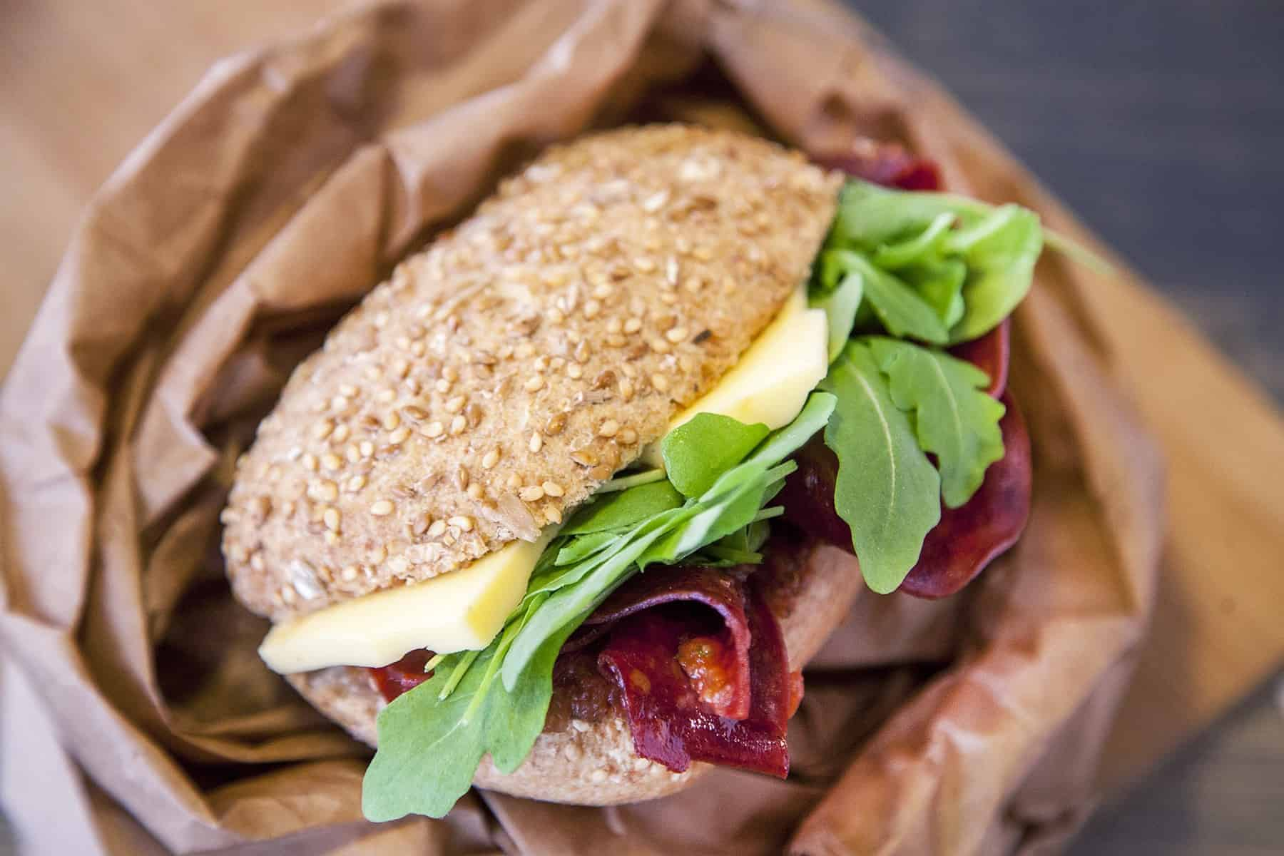 vegan-olasz-sultfelvagottas-szendvics-napfenyes-cukraszat