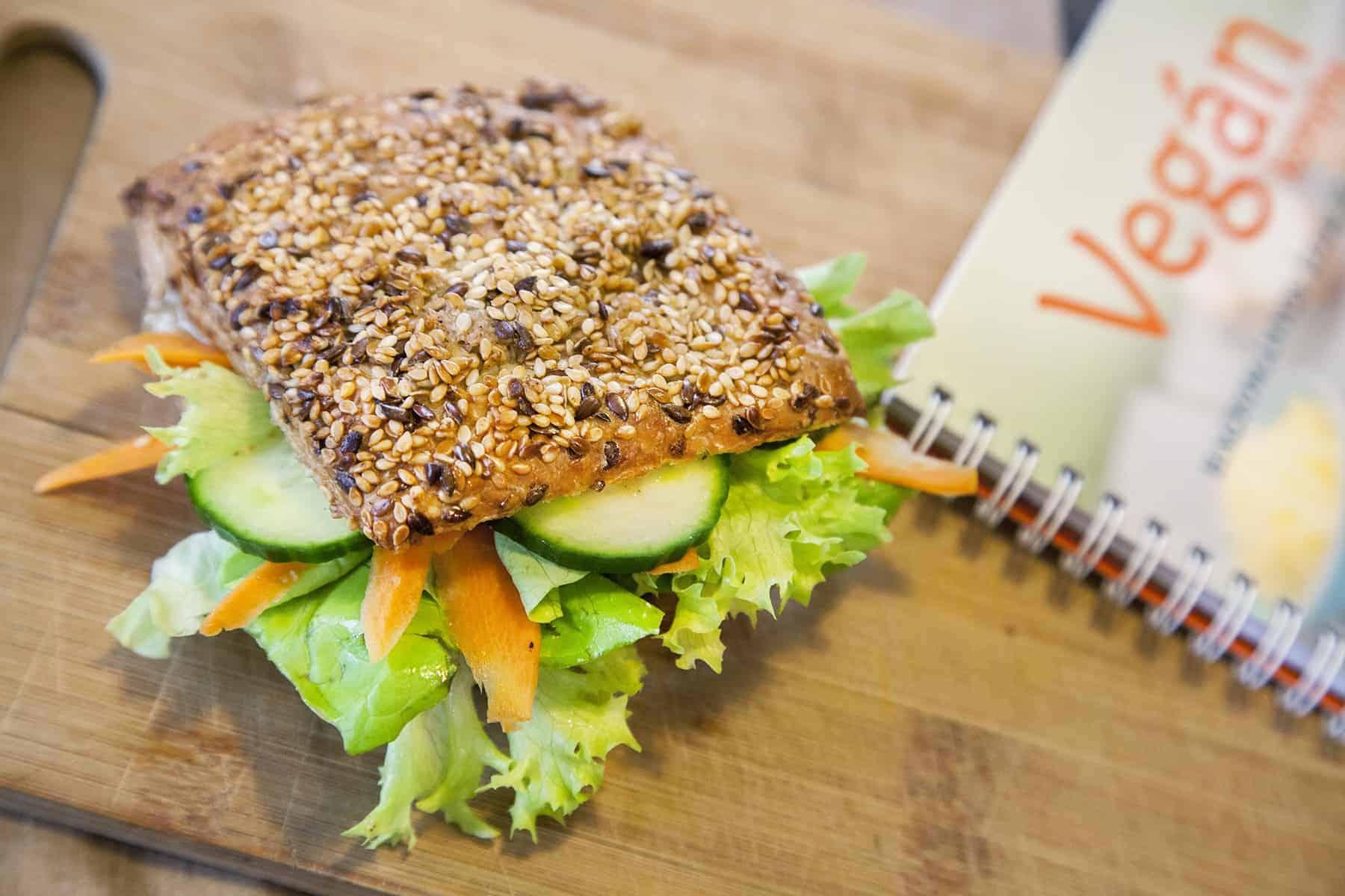 vegan-pecsenyezsiros-szendvics-könyvvel-napfenyes-cukraszat