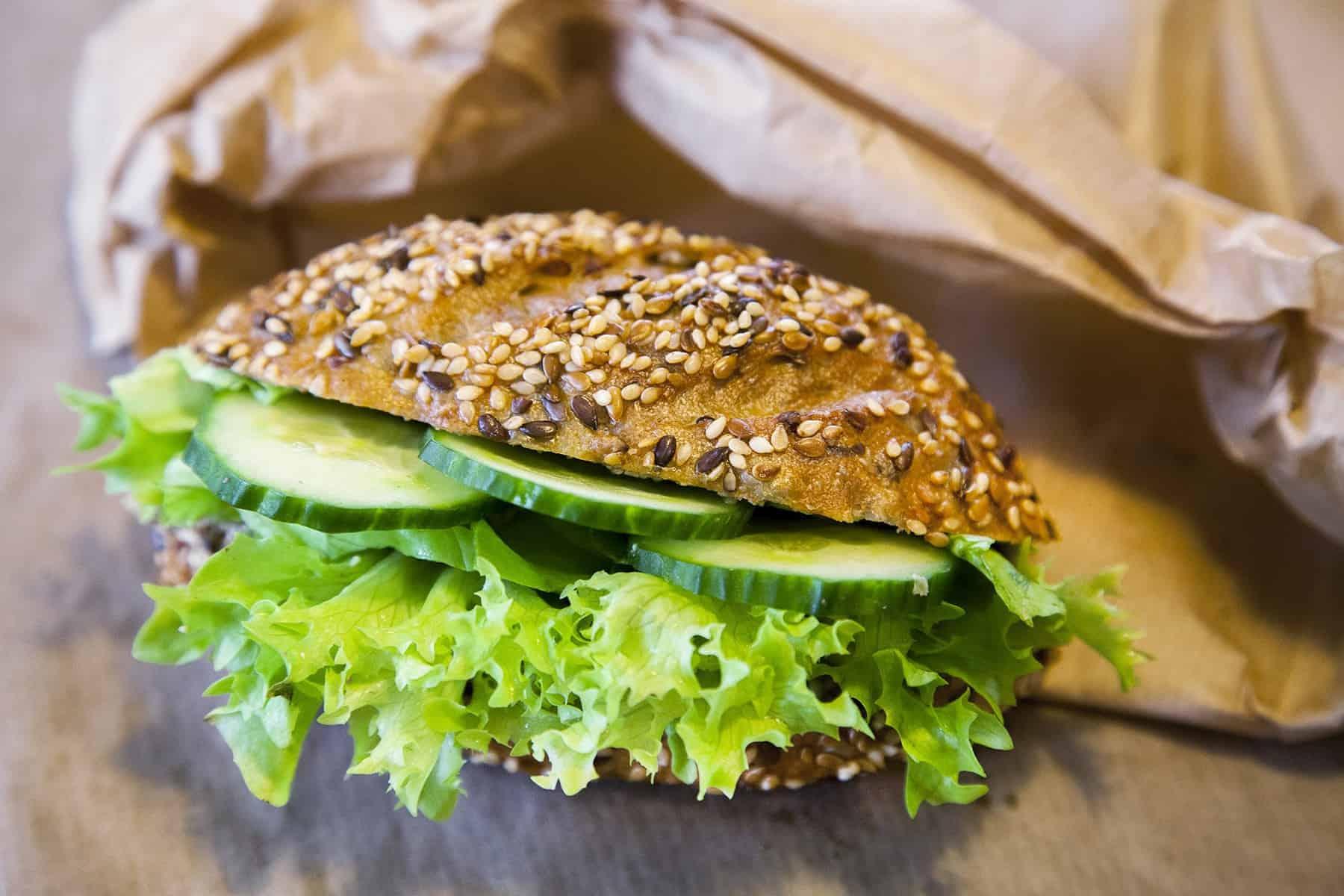 vegan-tokmagkremes-szendvics-napfenyes-cukraszat